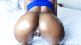 Bootylicious ebony babe having a nice oral session